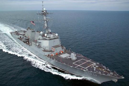 Hàng loạt máy bay không người lái bí ẩn lượn quanh tàu chiến Mỹ - Ảnh 2.