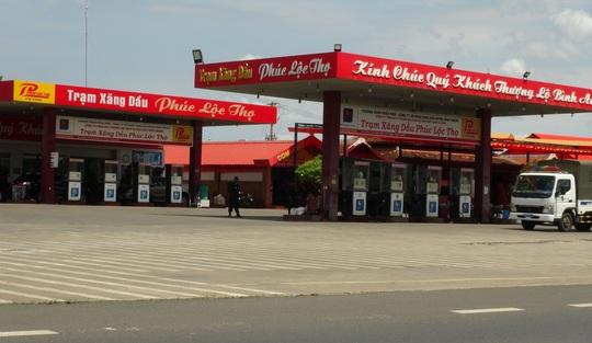 Công an phong tỏa, khám xét 1 cây xăng trên Quốc lộ 14 - Ảnh 1.