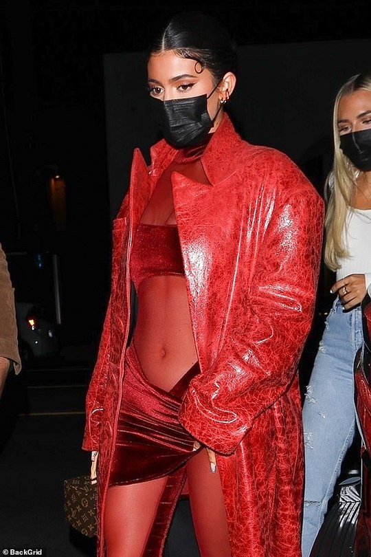 Kylie Jenner mặc hở độc, lạ đến chúc mừng Justin Bieber - Ảnh 2.