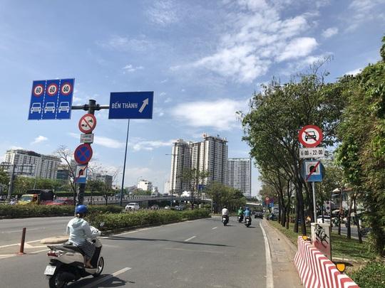 Biển báo cấm đường Võ Văn Kiệt:  Nhiều tranh cãi là chứng tỏ chưa hợp lý? - Ảnh 1.