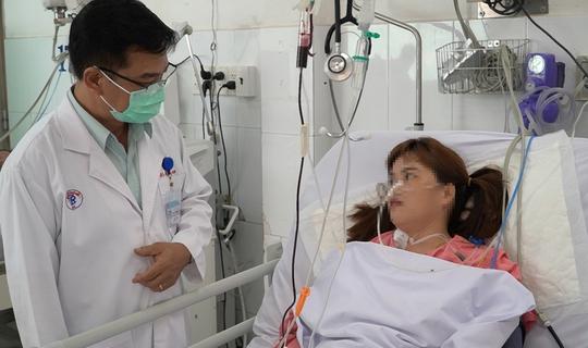 Cứu sống 1 phụ nữ bị rắn hổ mang cắn dẫn đến suy hô hấp, liệt toàn thân - Ảnh 1.