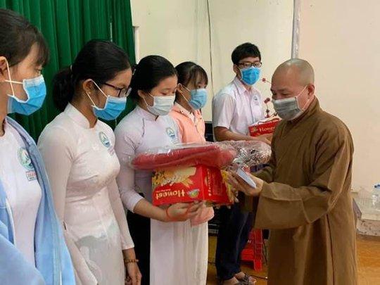 Đại đức Thích Trí Huệ trao gần 4000 suất quà cho bà con nghèo dịp Tết Tân Sửu 2021 - Ảnh 3.