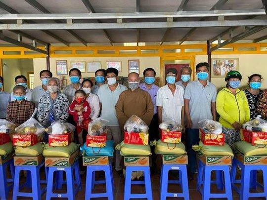 Đại đức Thích Trí Huệ trao gần 4000 suất quà cho bà con nghèo dịp Tết Tân Sửu 2021 - Ảnh 1.