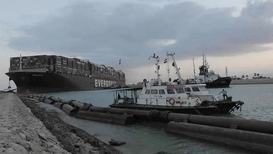 Thêm 2 tàu kéo đến cứu siêu tàu Ever Given - Ảnh 1.