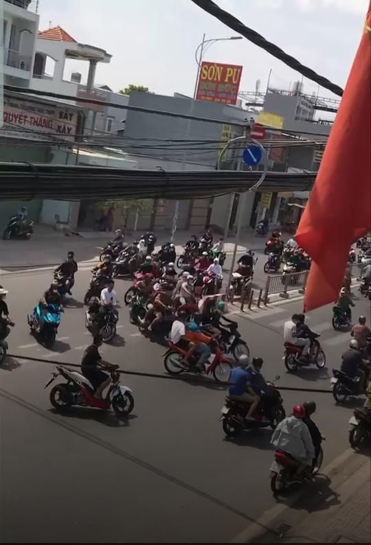 Công an huyện Hóc Môn đang truy tìm đoàn quái xế dàn hàng, nẹt pô trên đường - Ảnh 2.