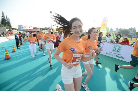 Soi nhan sắc hai hoa hậu Đỗ Thị Hà - Trần Tiểu Vy - Ảnh 11.