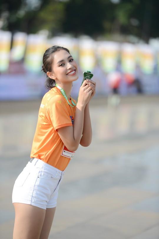Soi nhan sắc hai hoa hậu Đỗ Thị Hà - Trần Tiểu Vy - Ảnh 3.