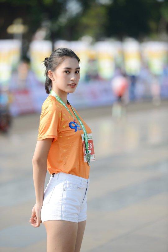 Soi nhan sắc hai hoa hậu Đỗ Thị Hà - Trần Tiểu Vy - Ảnh 5.