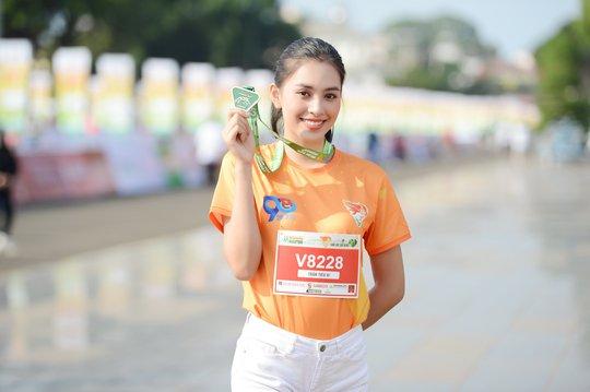 Soi nhan sắc hai hoa hậu Đỗ Thị Hà - Trần Tiểu Vy - Ảnh 4.