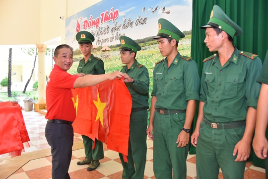 1.000 lá cờ Tổ quốc đến với đồng bào, chiến sĩ biên cương Đồng Tháp - Ảnh 3.