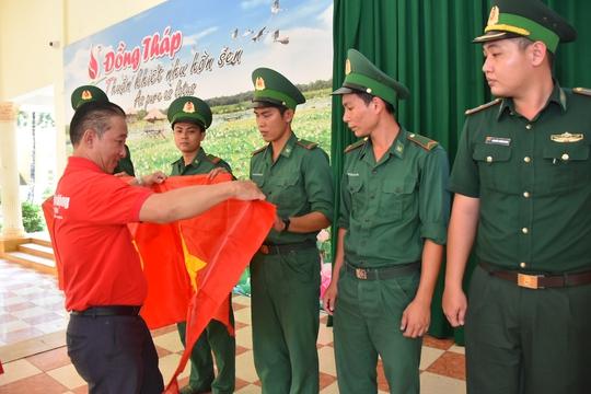1.000 lá cờ Tổ quốc đến với đồng bào, chiến sĩ biên cương Đồng Tháp - Ảnh 4.