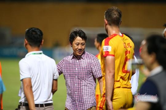 HLV Dương Hồng Sơn ngồi ghế nóng CLB Quảng Nam - Ảnh 2.