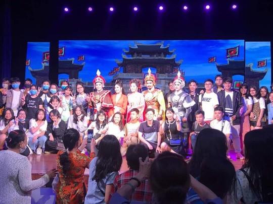 Vở Thủy chiến đông khán giả trẻ xem, nữ đạo diễn Kim Tiến bật khóc - Ảnh 7.