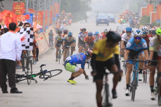 Tay đua Lê Nguyệt Minh trượt ngã ngay mức đến, bị cảnh cáo - Ảnh 1.