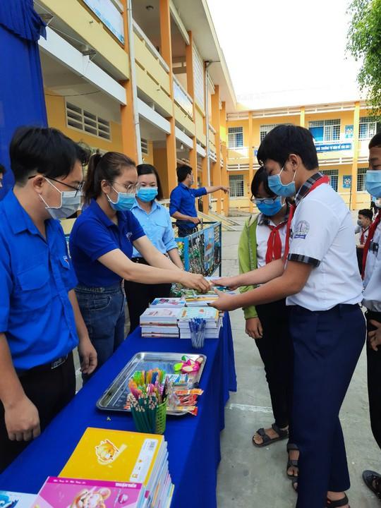 Học sinh miền Tây nô nức đổi rác thải nhựa lấy dụng cụ học tập - Ảnh 6.