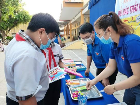 Học sinh miền Tây nô nức đổi rác thải nhựa lấy dụng cụ học tập - Ảnh 7.