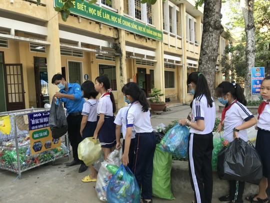 Học sinh miền Tây nô nức đổi rác thải nhựa lấy dụng cụ học tập - Ảnh 8.