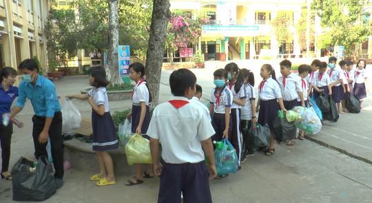 Học sinh miền Tây nô nức đổi rác thải nhựa lấy dụng cụ học tập - Ảnh 12.