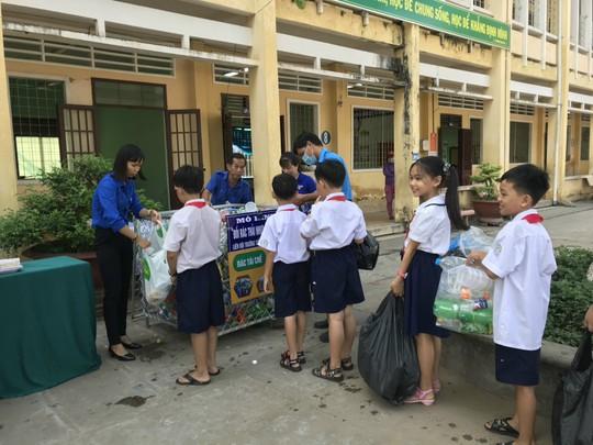 Học sinh miền Tây nô nức đổi rác thải nhựa lấy dụng cụ học tập - Ảnh 14.