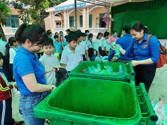 Học sinh miền Tây nô nức đổi rác thải nhựa lấy dụng cụ học tập - Ảnh 17.