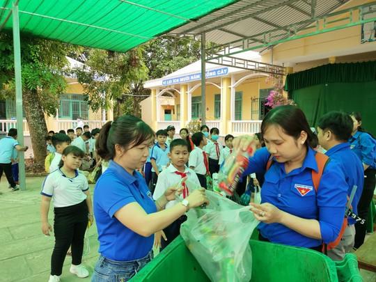 Học sinh miền Tây nô nức đổi rác thải nhựa lấy dụng cụ học tập - Ảnh 16.