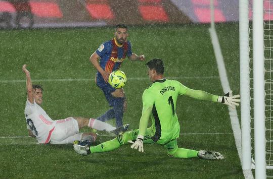 Hạ Barcelona ở siêu kinh điển, Real Madrid soán ngôi đầu La Liga - Ảnh 4.