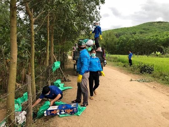 Đau đầu với những du khách vừa ngắm hoa trang rừng vừa… xả rác - Ảnh 13.