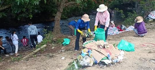 Đau đầu với những du khách vừa ngắm hoa trang rừng vừa… xả rác - Ảnh 15.