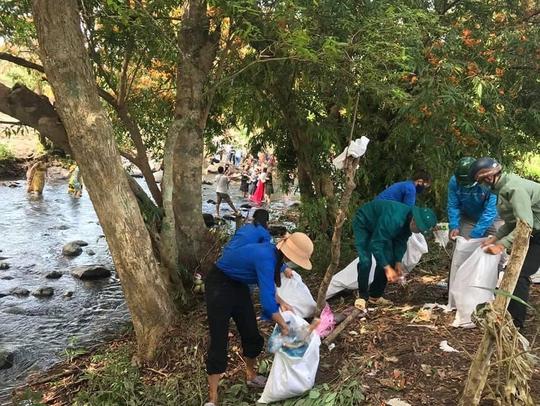 Đau đầu với những du khách vừa ngắm hoa trang rừng vừa… xả rác - Ảnh 17.