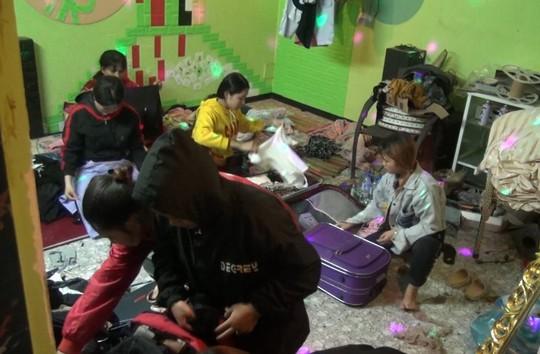 Giải cứu 8 thiếu nữ bị ép phục vụ tiếp khách, bán dâm - Ảnh 1.