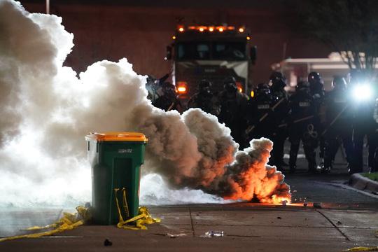 Cảnh sát Mỹ trấn áp người biểu tình sau khi bắn chết thanh niên da màu - Ảnh 1.