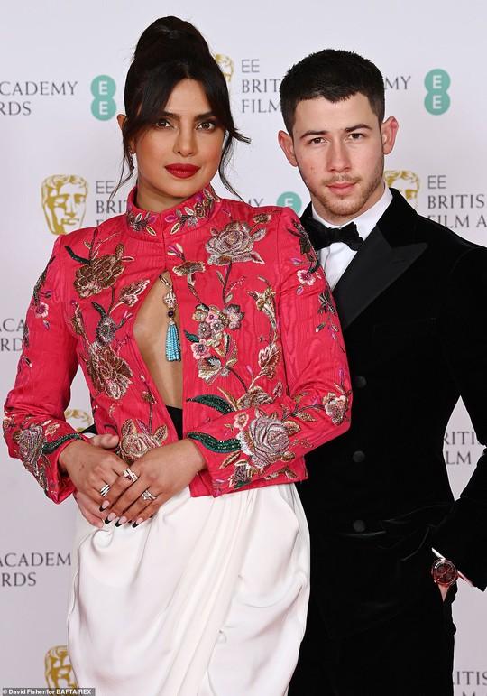 Những bộ đầm thảm họa tại thảm đỏ Oscar nước Anh BAFTA 2021 - Ảnh 11.