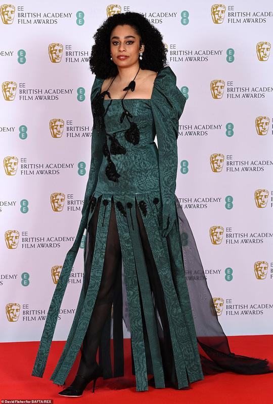 Những bộ đầm thảm họa tại thảm đỏ Oscar nước Anh BAFTA 2021 - Ảnh 2.
