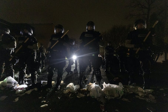 Cảnh sát Mỹ trấn áp người biểu tình sau khi bắn chết thanh niên da màu - Ảnh 5.