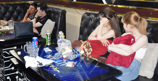"""Phát hiện nhóm thanh niên hát karaoke cùng dàn """"tay vịn"""" dương tính với ma túy - Ảnh 1."""