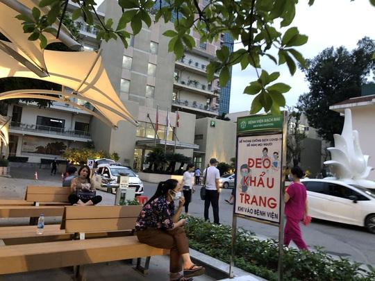 Hơn 200 nhân viên, bác sĩ Bệnh viện Bạch Mai xin nghỉ việc: Người trong cuộc lên tiếng - Ảnh 1.