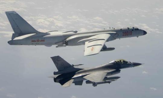 NÓNG: Sau cảnh báo từ Mỹ, 25 máy bay Trung Quốc tiếp tục áp sát Đài Loan - Ảnh 1.