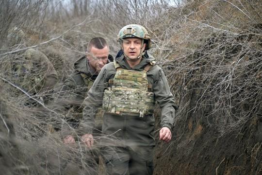 Tổng thống Ukraine đến chiến hào, G7 cảnh báo Nga - Ảnh 1.