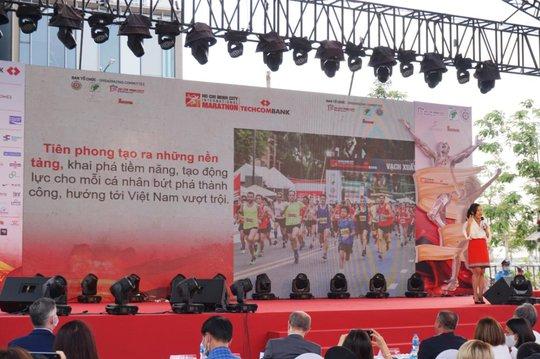 """Techcombank lan tỏa tinh thần vượt trội: Từ """"Làng Marathon"""" đến đường chạy đẳng cấp quốc tế - Ảnh 4."""