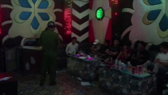 CLIP: Lại phát hiện nhiều đối tượng sử dụng ma túy trong phòng karaoke ở Tiền Giang - Ảnh 2.