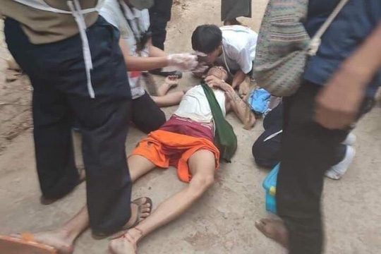 Quân đội Myanmar nổ súng vào các nhân viên y tế - Ảnh 2.