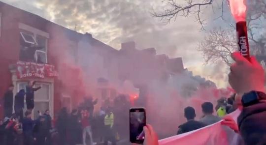 CĐV Liverpool đại náo sân Anfield, Real Madrid bản lĩnh giành vé bán kết - Ảnh 1.