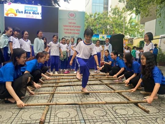 Trường Tiểu học Nguyễn Bỉnh Khiêm: Học sinh nhảy sạp, ném còn... ngay sân trường - Ảnh 7.