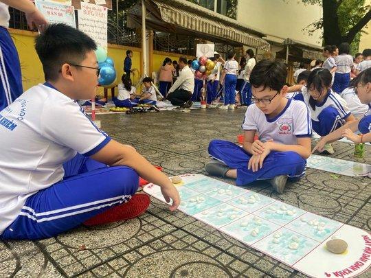 Trường Tiểu học Nguyễn Bỉnh Khiêm: Học sinh nhảy sạp, ném còn... ngay sân trường - Ảnh 6.