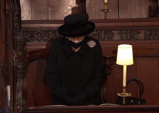 Nữ hoàng Anh lặng lẽ ngồi nhìn linh cữu Hoàng thân Philip - Ảnh 2.