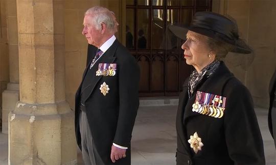 Nữ hoàng Anh lặng lẽ ngồi nhìn linh cữu Hoàng thân Philip - Ảnh 9.