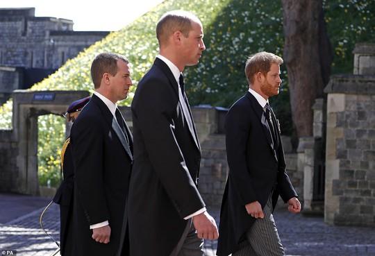 Nữ hoàng Anh lặng lẽ ngồi nhìn linh cữu Hoàng thân Philip - Ảnh 10.