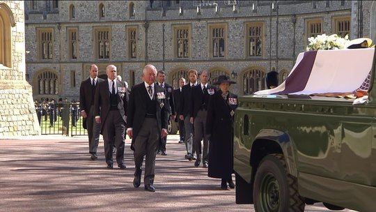 Nữ hoàng Anh lặng lẽ ngồi nhìn linh cữu Hoàng thân Philip - Ảnh 11.