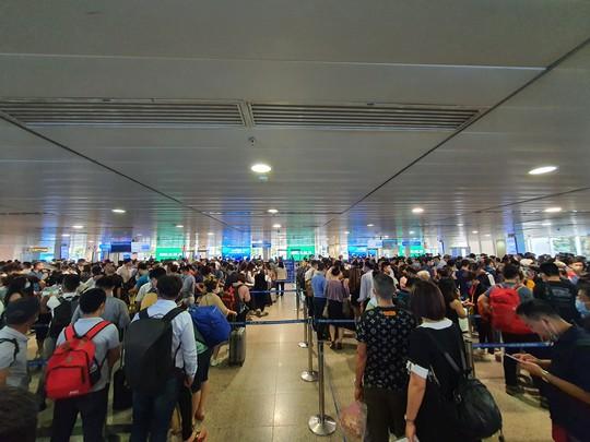 Hành khách tăng đột biến, sân bay Tân Sơn Nhất lại quá tải dịp cuối tuần - Ảnh 3.