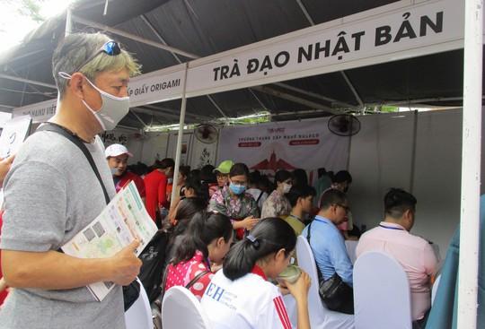 Xếp hàng dài chờ thưởng thức bò tuyết, sô cô la... tại Lễ hội Nhật - Việt - Ảnh 3.